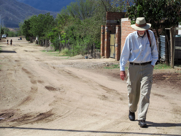 Anders Tomlinson walking on dirt road in Álamos, Sonora, México. March 2017. Photo by Antonio Figueroa.